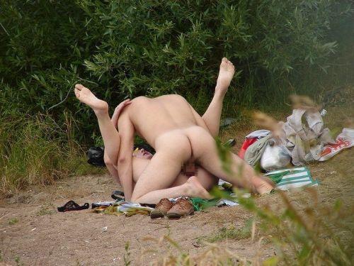 大自然の中や街中で激しく野外セックスしちゃうカップル達のエロ画像 36枚 No.1