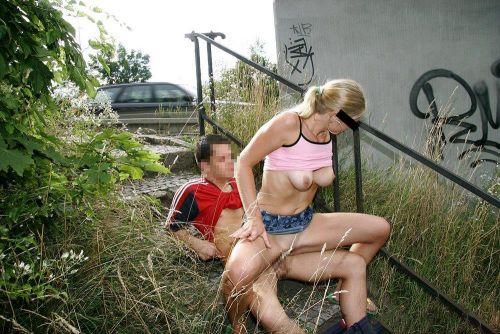 大自然の中や街中で激しく野外セックスしちゃうカップル達のエロ画像 36枚 No.6