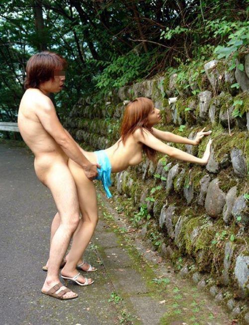 大自然の中や街中で激しく野外セックスしちゃうカップル達のエロ画像 36枚 No.9