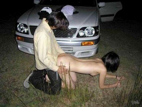 大自然の中や街中で激しく野外セックスしちゃうカップル達のエロ画像 36枚 No.17