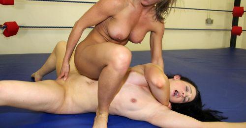 【海外】裸で相手を押さえつけるセクシーキャットファイト画像! 39枚 No.11