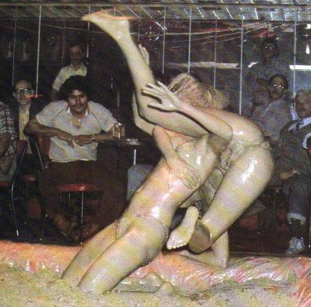 【海外】裸で相手を押さえつけるセクシーキャットファイト画像! 39枚 No.12