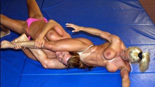 【海外】裸で相手を押さえつけるセクシーキャットファイト画像! 39枚 No.20