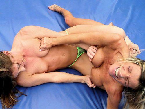 【海外】裸で相手を押さえつけるセクシーキャットファイト画像! 39枚 No.26
