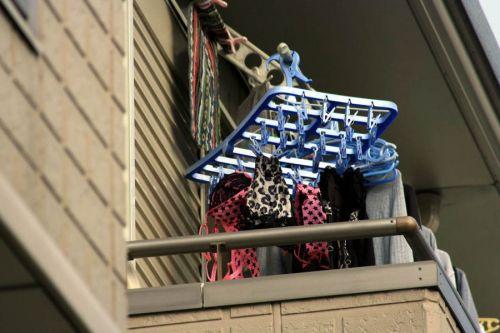 女性宅のベランダに干されたブラジャーやパンティを盗撮したエロ画像 32枚 No.2