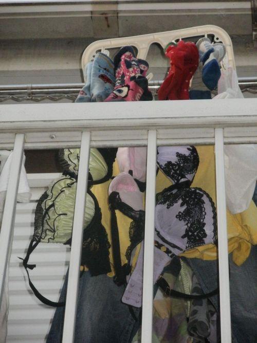 女性宅のベランダに干されたブラジャーやパンティを盗撮したエロ画像 32枚 No.10