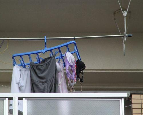 女性宅のベランダに干されたブラジャーやパンティを盗撮したエロ画像 32枚 No.17