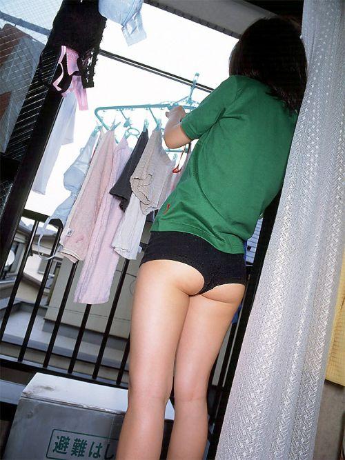 女性宅のベランダに干されたブラジャーやパンティを盗撮したエロ画像 32枚 No.26