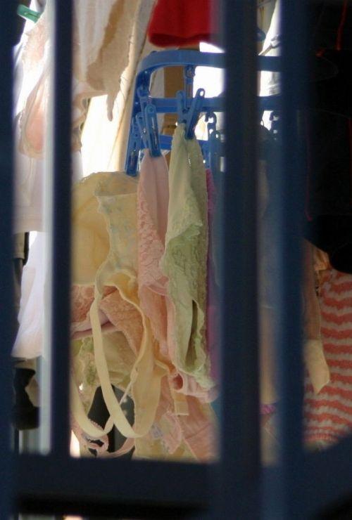 女性宅のベランダに干されたブラジャーやパンティを盗撮したエロ画像 32枚 No.27