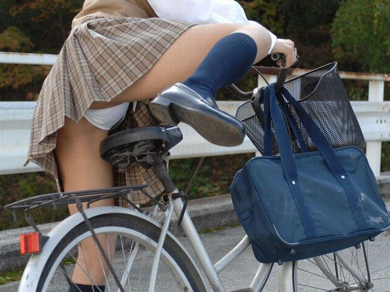 自転車通学中10代小娘のお尻から見えちゃうパンツ丸見えを厳選したえろ写真 38枚