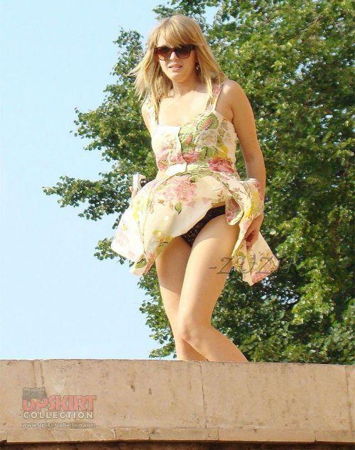 前から限定!外国人のスカートが風で舞い上がるパンチラエロ画像 26枚 No.16