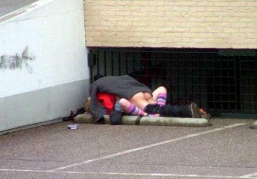 野外でラブラブな正常位セックスをしちゃう変態カップルのエロ画像 33枚 No.6