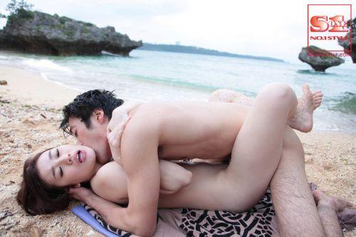 野外でラブラブな正常位セックスをしちゃう変態カップルのエロ画像 33枚 No.8