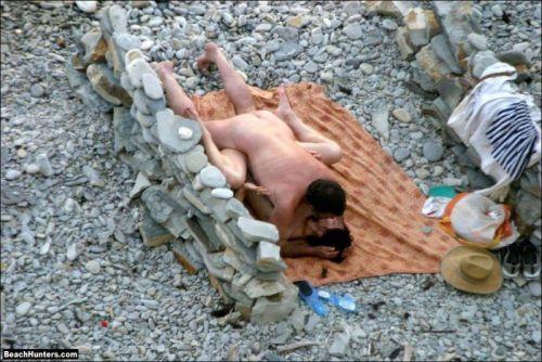 野外でラブラブな正常位セックスをしちゃう変態カップルのエロ画像 33枚 No.10
