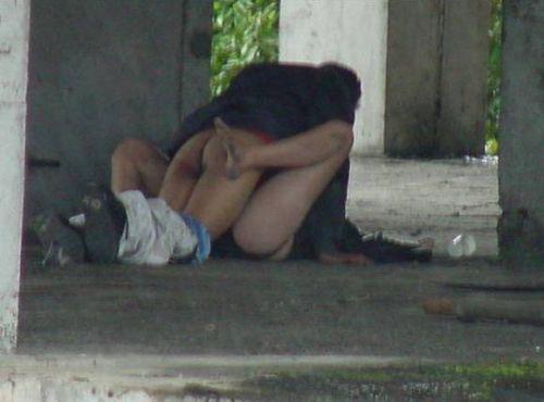 野外でラブラブな正常位セックスをしちゃう変態カップルのエロ画像 33枚 No.19