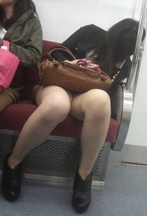 電車内で美脚を見せつけるミニスカ生脚ギャル限定盗撮エロ画像 31枚 No.5