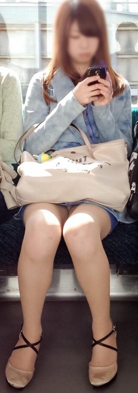 電車内で美脚を見せつけるミニスカ生脚ギャル限定盗撮エロ画像 31枚 No.6