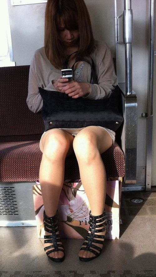 電車内で美脚を見せつけるミニスカ生脚ギャル限定盗撮エロ画像 31枚 No.11