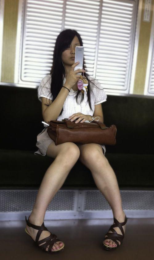 電車内で美脚を見せつけるミニスカ生脚ギャル限定盗撮エロ画像 31枚 No.15