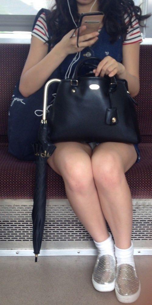 電車内で美脚を見せつけるミニスカ生脚ギャル限定盗撮エロ画像 31枚 No.19