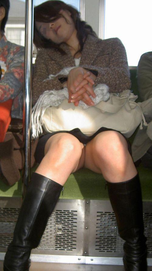電車内で美脚を見せつけるミニスカ生脚ギャル限定盗撮エロ画像 31枚 No.22