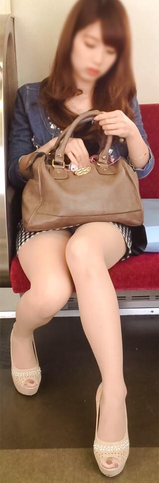 電車内で美脚を見せつけるミニスカ生脚ギャル限定盗撮エロ画像 31枚 No.23