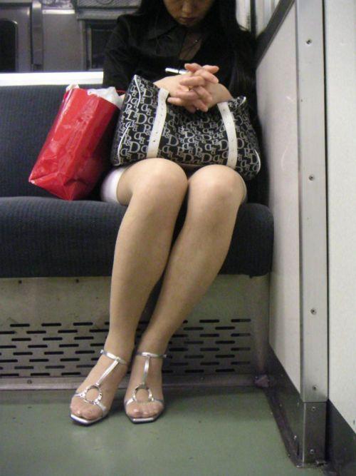 電車内で美脚を見せつけるミニスカ生脚ギャル限定盗撮エロ画像 31枚 No.30