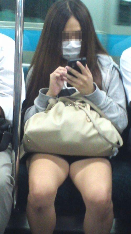 電車内で美脚を見せつけるミニスカ生脚ギャル限定盗撮エロ画像 31枚 No.31