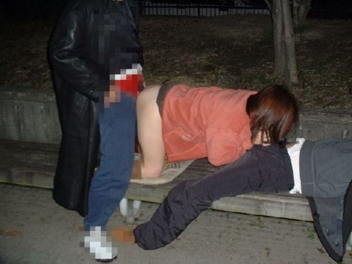 野外セックスの定番である後背位セックスしちゃうカップルのエロ画像 35枚 No.7