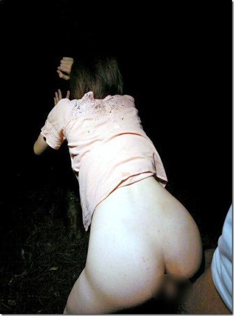 野外セックスの定番である後背位セックスしちゃうカップルのエロ画像 35枚 No.14