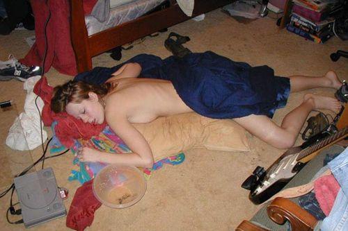 外国人女性がおっぱい丸出しでガサツに寝ちゃってる盗撮エロ画像 31枚 No.29