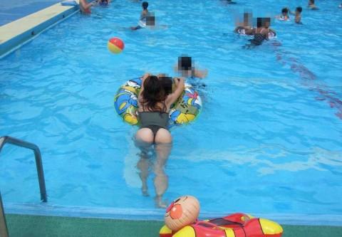 【画像】子連れママのTバック水着やハプニングお尻がクッソエロいwww 36枚 No.2