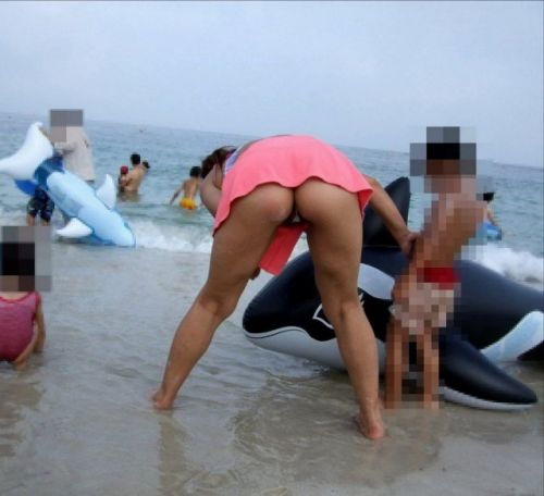 【画像】子連れママのTバック水着やハプニングお尻がクッソエロいwww 36枚 No.9