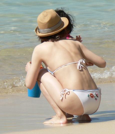 【画像】子連れママのTバック水着やハプニングお尻がクッソエロいwww 36枚 No.26