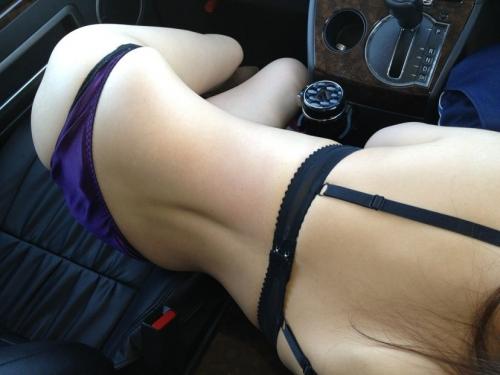 車の中でプリ尻を四つん這いポーズで見せちゃう女の子のエロ画像 37枚 No.7