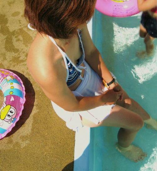 若い子連れのお母さんがプールやビーチで胸チラしちゃうエロ画像 35枚 No.7