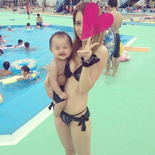 若い子連れのお母さんがプールやビーチで胸チラしちゃうエロ画像 35枚 No.8