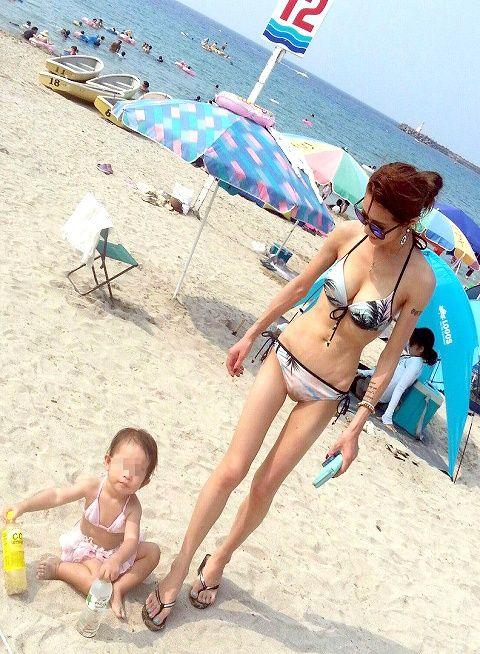 若い子連れのお母さんがプールやビーチで胸チラしちゃうエロ画像 35枚 No.9