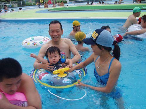若い子連れのお母さんがプールやビーチで胸チラしちゃうエロ画像 35枚 No.13