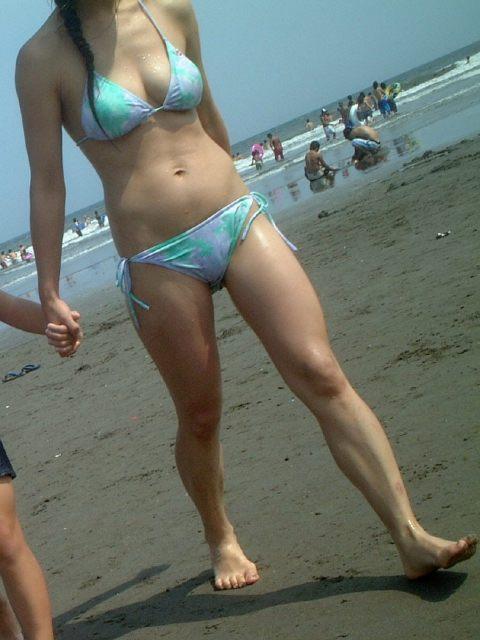 若い子連れのお母さんがプールやビーチで胸チラしちゃうエロ画像 35枚 No.17