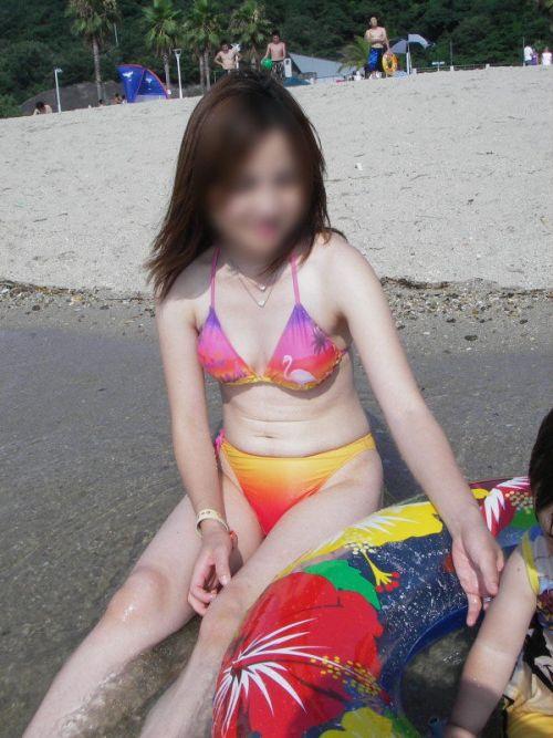 若い子連れのお母さんがプールやビーチで胸チラしちゃうエロ画像 35枚 No.19
