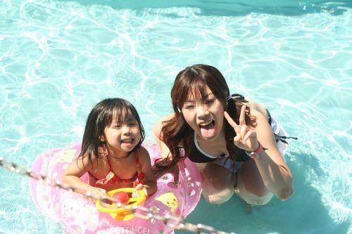 若い子連れのお母さんがプールやビーチで胸チラしちゃうエロ画像 35枚 No.21