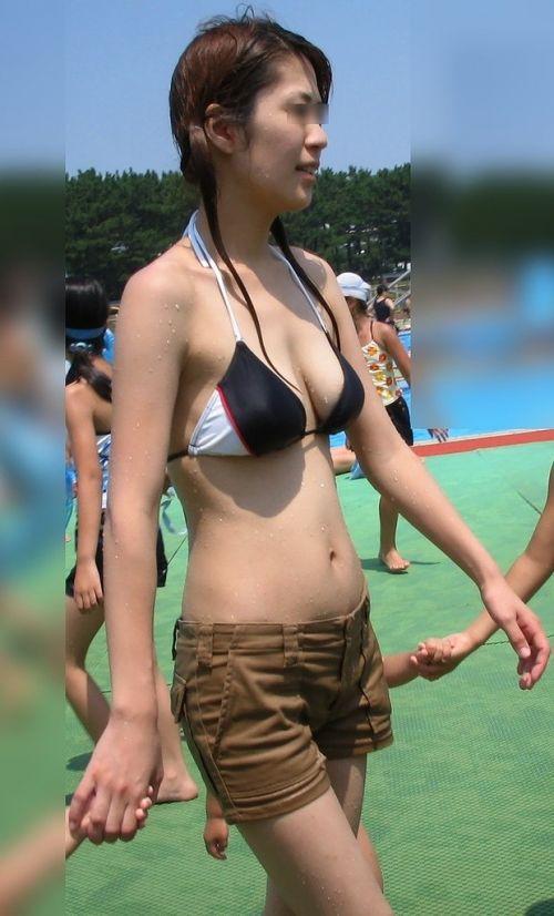 若い子連れのお母さんがプールやビーチで胸チラしちゃうエロ画像 35枚 No.23