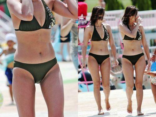 若い子連れのお母さんがプールやビーチで胸チラしちゃうエロ画像 35枚 No.24