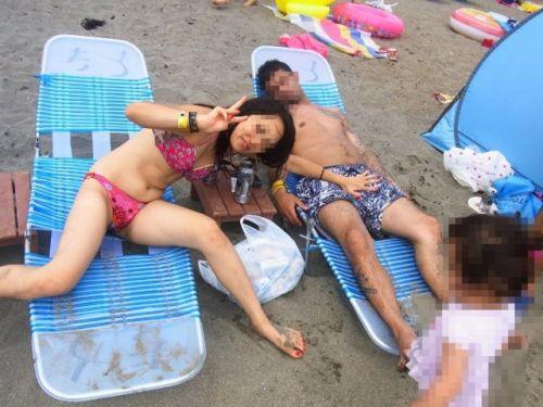 若い子連れのお母さんがプールやビーチで胸チラしちゃうエロ画像 35枚 No.32