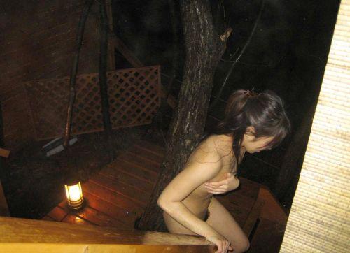 バレにくい夜に全裸野外露出しちゃう素人女性達のエロ画像 34枚 No.13