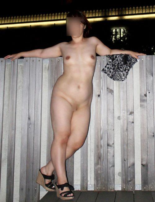 バレにくい夜に全裸野外露出しちゃう素人女性達のエロ画像 34枚 No.19