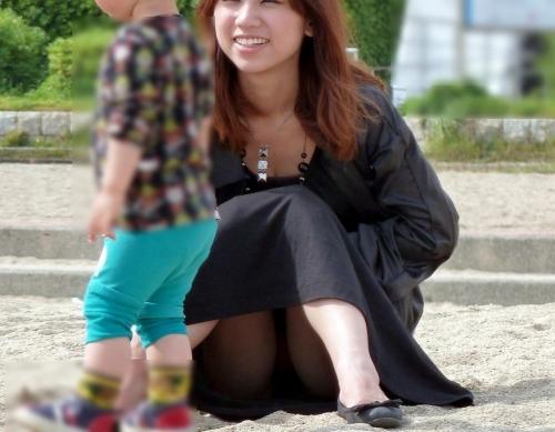【画像】子供に微笑むママのしゃがみパンチラの背徳感エロ過ぎwww 35枚 No.4