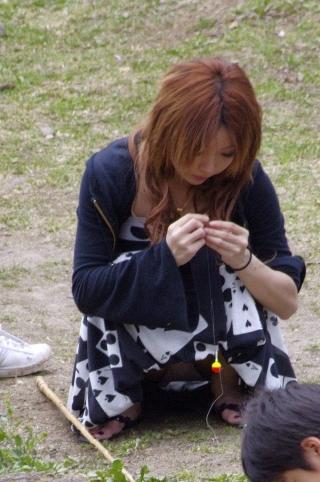【画像】子供に微笑むママのしゃがみパンチラの背徳感エロ過ぎwww 35枚 No.5