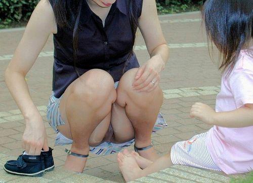 【画像】子供に微笑むママのしゃがみパンチラの背徳感エロ過ぎwww 35枚 No.6